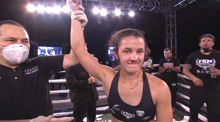 Ái nữ của huyền thoại Frank Mir có màn ra mắt MMA ấn tượng, đánh bại đối thủ có số tuổi nhiều gấp đôi - Ảnh 3.