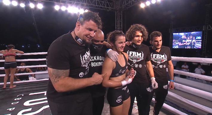 Ái nữ của huyền thoại Frank Mir có màn ra mắt MMA ấn tượng, đánh bại đối thủ có số tuổi nhiều gấp đôi - Ảnh 4.
