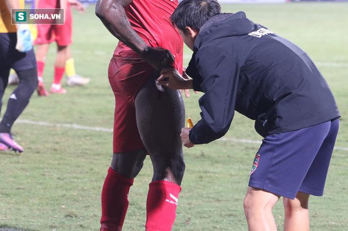 Hậu vệ châu Phi dính vết thương rợn người trong nỗ lực ngăn Hà Nội FC đua vô địch - Ảnh 4.