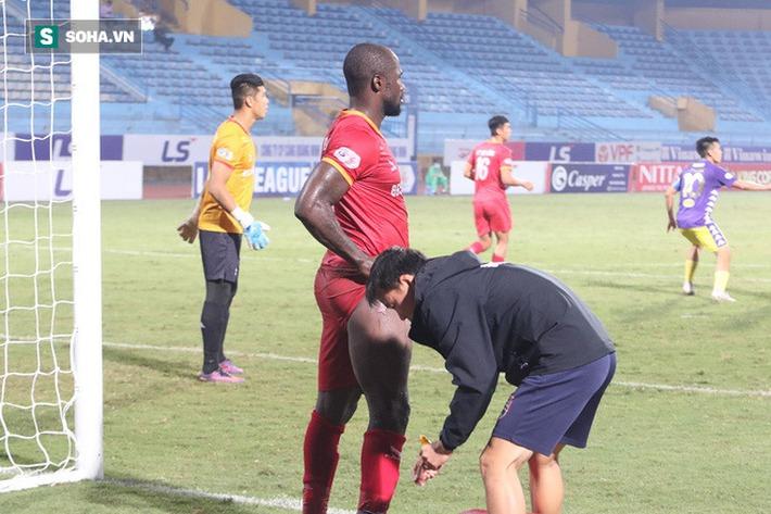 Hậu vệ châu Phi dính vết thương rợn người trong nỗ lực ngăn Hà Nội FC đua vô địch - Ảnh 5.