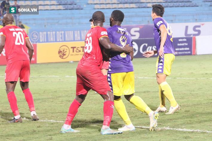 Hậu vệ châu Phi dính vết thương rợn người trong nỗ lực ngăn Hà Nội FC đua vô địch - Ảnh 6.