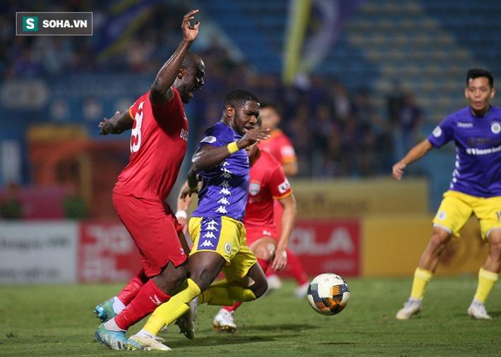 Hậu vệ châu Phi dính vết thương rợn người trong nỗ lực ngăn Hà Nội FC đua vô địch - Ảnh 1.