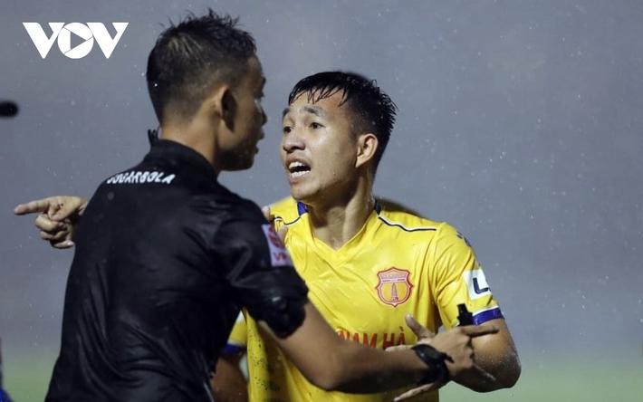 Vòng 4 giai đoạn 2 V-League 2020: Vừa đá vừa lo… trọng tài - Ảnh 2.