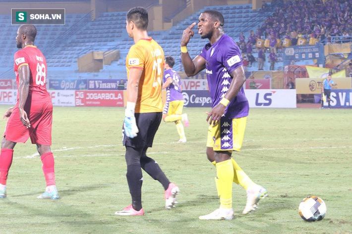 Ngoại binh Hà Nội FC chửi thề, quát trọng tài FIFA: Mở mắt ra mà bắt - Ảnh 2.