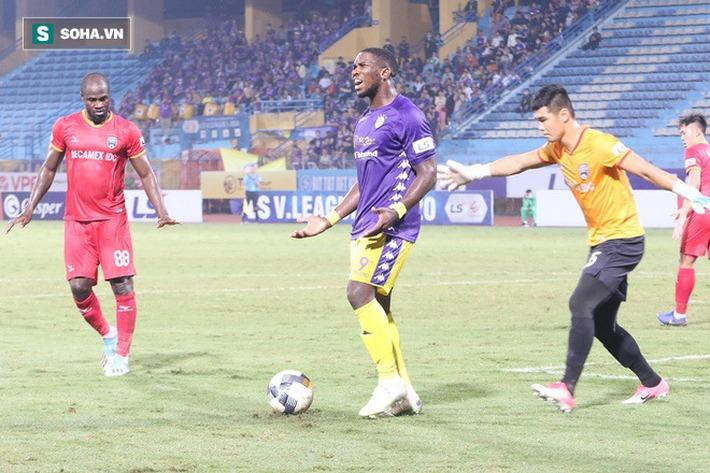 Ngoại binh Hà Nội FC chửi thề, quát trọng tài FIFA: Mở mắt ra mà bắt - Ảnh 1.