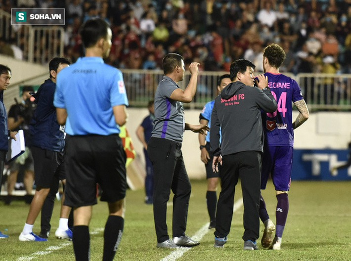 Cựu giảng viên FIFA bức xúc, lên tiếng về pha ném biên vào mặt Hồng Duy của cầu thủ Sài Gòn FC - Ảnh 2.