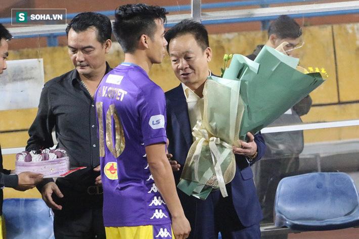 Cầu thủ Hà Nội FC chúc mừng sinh nhật bầu Hiển, nhưng lại thiếu mất món quà ý nghĩa nhất - Ảnh 6.
