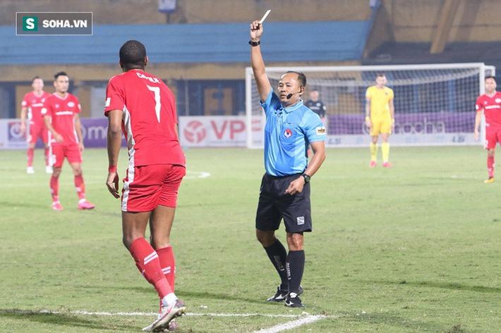Lo vắng mặt khi đấu Hà Nội FC, tiền đạo Viettel nhầm lẫn ngớ ngẩn khiến đồng đội nổi cáu - Ảnh 2.