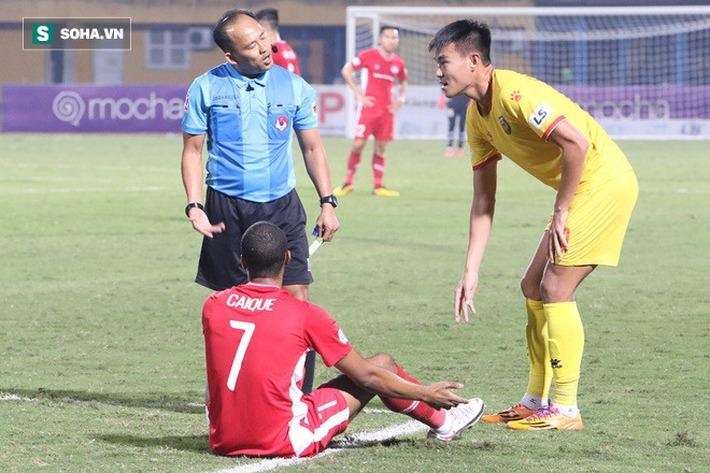 Lo vắng mặt khi đấu Hà Nội FC, tiền đạo Viettel nhầm lẫn ngớ ngẩn khiến đồng đội nổi cáu - Ảnh 1.
