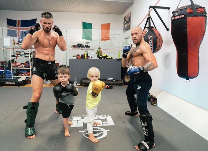 Conor McGregor đăng ảnh tập luyện cực sung nhằm chuẩn bị cho màn tái xuất UFC nhưng không ngờ lại bị cậu quý tử 3 tuổi chiếm trọn spotlight - Ảnh 1.