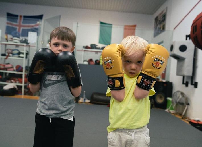 Conor McGregor đăng ảnh tập luyện cực sung nhằm chuẩn bị cho màn tái xuất UFC nhưng không ngờ lại bị cậu quý tử 3 tuổi chiếm trọn spotlight - Ảnh 2.