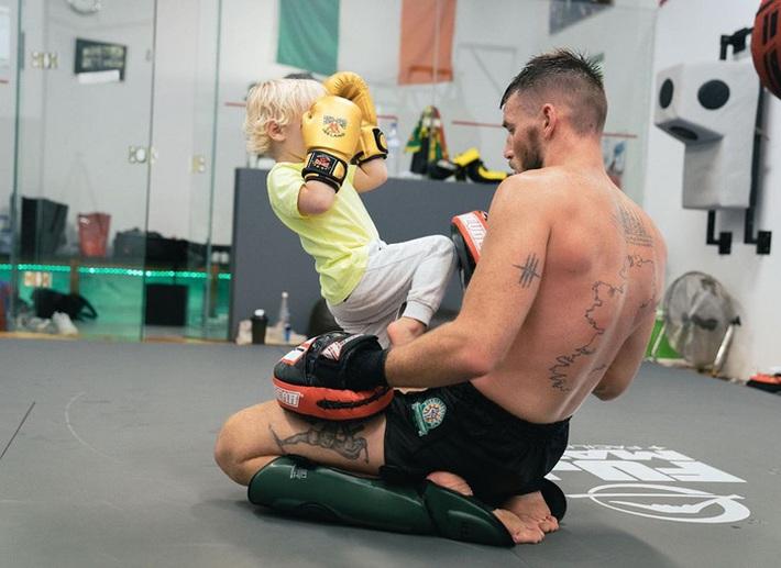 Conor McGregor đăng ảnh tập luyện cực sung nhằm chuẩn bị cho màn tái xuất UFC nhưng không ngờ lại bị cậu quý tử 3 tuổi chiếm trọn spotlight - Ảnh 3.