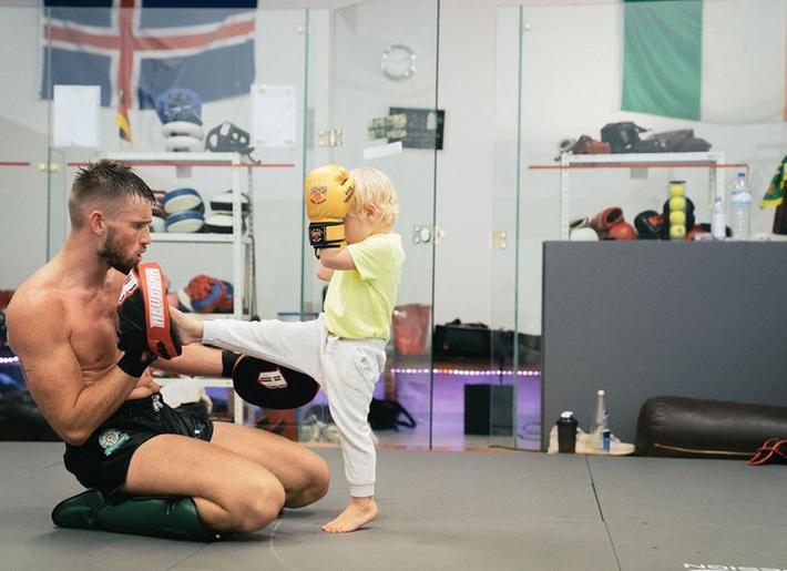 Conor McGregor đăng ảnh tập luyện cực sung nhằm chuẩn bị cho màn tái xuất UFC nhưng không ngờ lại bị cậu quý tử 3 tuổi chiếm trọn spotlight - Ảnh 4.