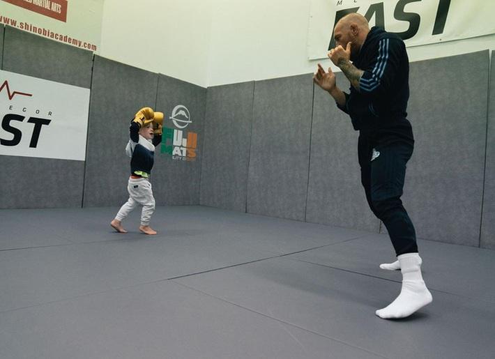 Conor McGregor đăng ảnh tập luyện cực sung nhằm chuẩn bị cho màn tái xuất UFC nhưng không ngờ lại bị cậu quý tử 3 tuổi chiếm trọn spotlight - Ảnh 5.