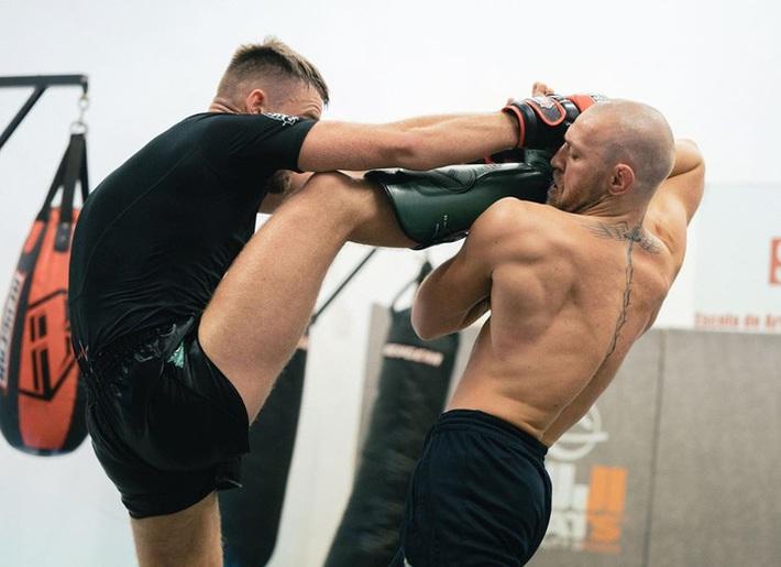 Conor McGregor đăng ảnh tập luyện cực sung nhằm chuẩn bị cho màn tái xuất UFC nhưng không ngờ lại bị cậu quý tử 3 tuổi chiếm trọn spotlight - Ảnh 7.