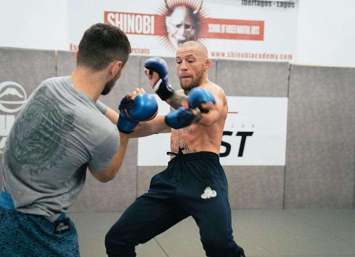 Conor McGregor đăng ảnh tập luyện cực sung nhằm chuẩn bị cho màn tái xuất UFC nhưng không ngờ lại bị cậu quý tử 3 tuổi chiếm trọn spotlight - Ảnh 8.