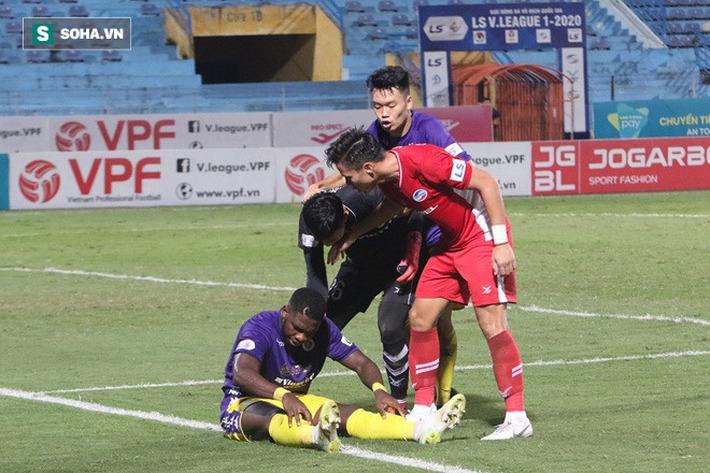 Quế Ngọc Hải mắng xối xả tiền đạo Hà Nội FC, đòi trọng tài rút thẻ đuổi đối thủ khỏi sân - Ảnh 2.