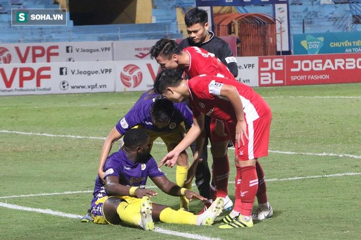 Quế Ngọc Hải mắng xối xả tiền đạo Hà Nội FC, đòi trọng tài rút thẻ đuổi đối thủ khỏi sân - Ảnh 3.