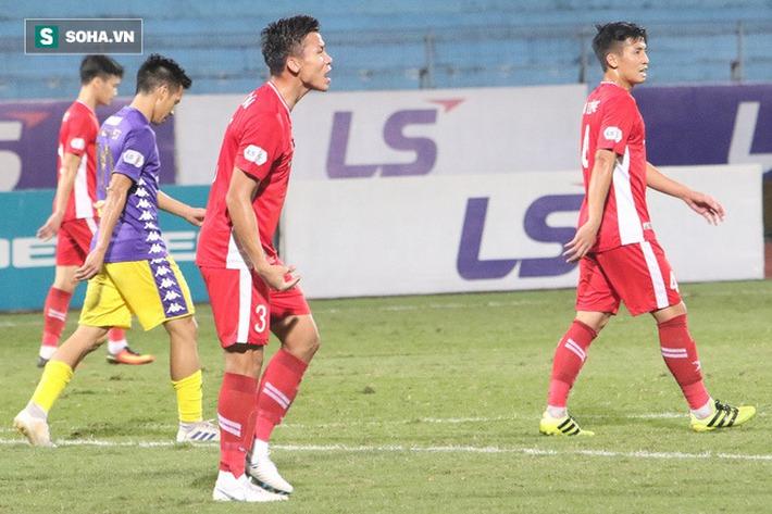 Quế Ngọc Hải mắng xối xả tiền đạo Hà Nội FC, đòi trọng tài rút thẻ đuổi đối thủ khỏi sân - Ảnh 9.