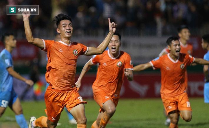 Cuộc đua trụ hạng kịch tính đến giây cuối, Nam Định ở lại V.League với kịch bản điên rồ - Ảnh 5.