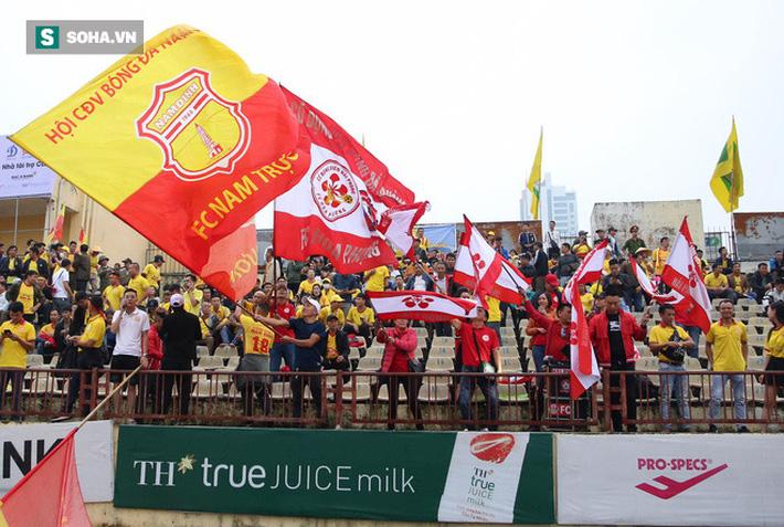 Cuộc đua trụ hạng kịch tính đến giây cuối, Nam Định ở lại V.League với kịch bản điên rồ - Ảnh 1.