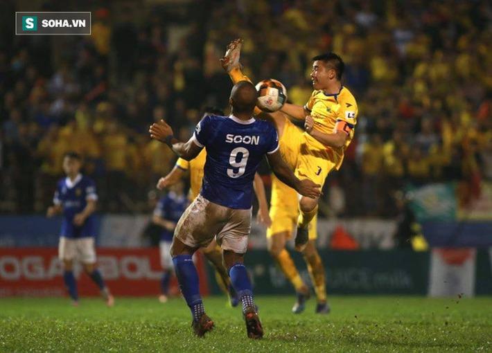 Cuộc đua trụ hạng kịch tính đến giây cuối, Nam Định ở lại V.League với kịch bản điên rồ - Ảnh 3.