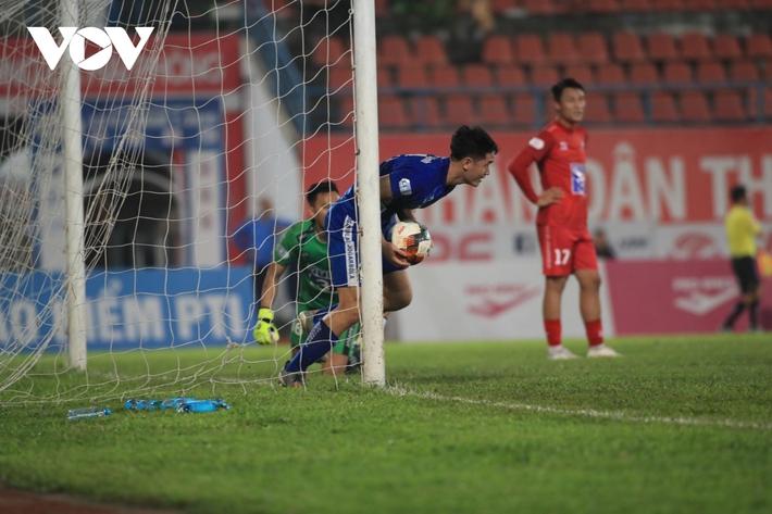 Ảnh: HLV Thành Công và cầu thủ Quảng Nam thẫn thờ khi nhận vé xuống hạng - Ảnh 3.
