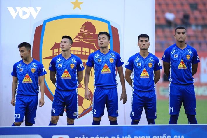 Ảnh: HLV Thành Công và cầu thủ Quảng Nam thẫn thờ khi nhận vé xuống hạng - Ảnh 1.