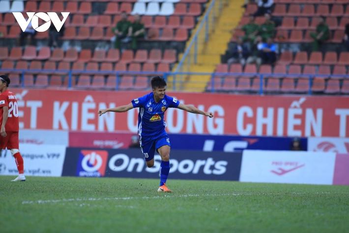 Ảnh: HLV Thành Công và cầu thủ Quảng Nam thẫn thờ khi nhận vé xuống hạng - Ảnh 2.