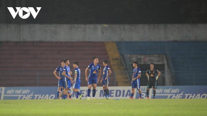 Ảnh: HLV Thành Công và cầu thủ Quảng Nam thẫn thờ khi nhận vé xuống hạng - Ảnh 6.