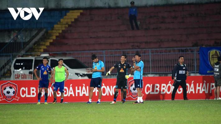 Ảnh: HLV Thành Công và cầu thủ Quảng Nam thẫn thờ khi nhận vé xuống hạng - Ảnh 7.