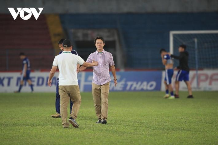 Ảnh: HLV Thành Công và cầu thủ Quảng Nam thẫn thờ khi nhận vé xuống hạng - Ảnh 8.