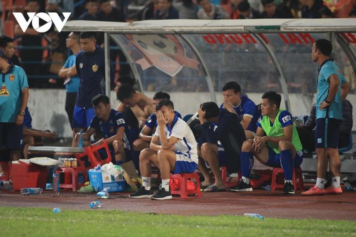 Ảnh: HLV Thành Công và cầu thủ Quảng Nam thẫn thờ khi nhận vé xuống hạng - Ảnh 9.