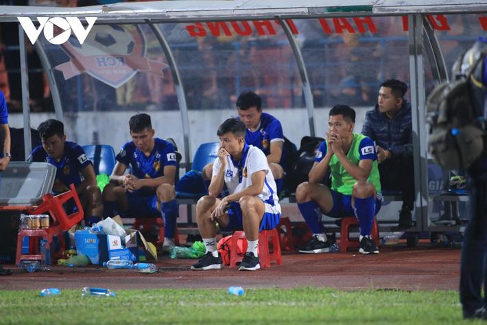 Ảnh: HLV Thành Công và cầu thủ Quảng Nam thẫn thờ khi nhận vé xuống hạng - Ảnh 10.