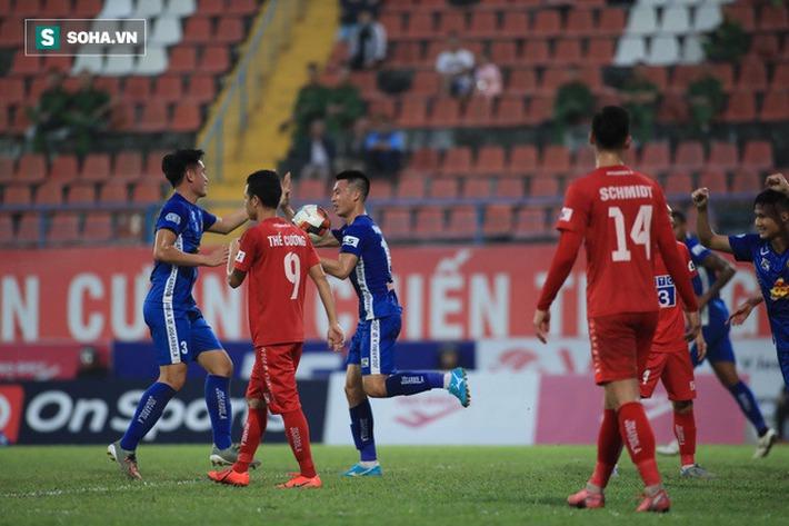 Cuộc đua trụ hạng kịch tính đến giây cuối, Nam Định ở lại V.League với kịch bản điên rồ - Ảnh 2.