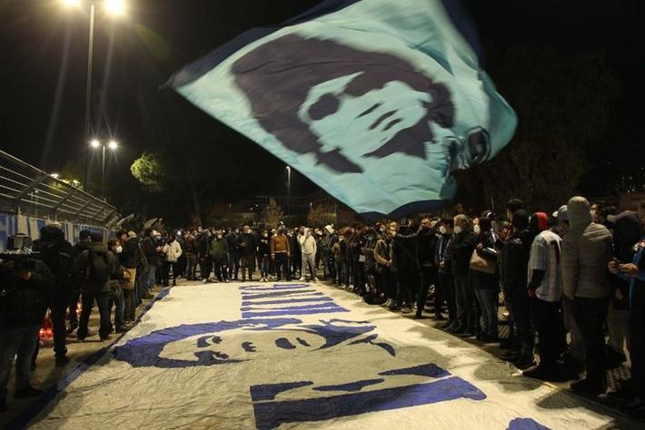 Đất nước Argentina chìm trong biển nước mắt tiếc thương Maradona - Ảnh 11.