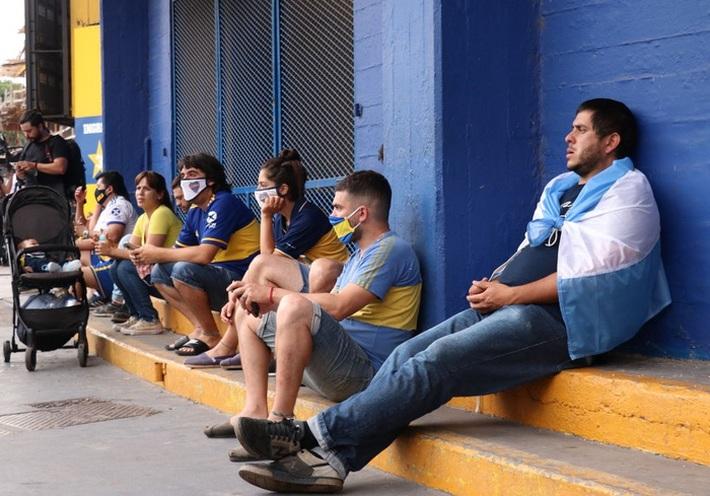 Đất nước Argentina chìm trong biển nước mắt tiếc thương Maradona - Ảnh 3.