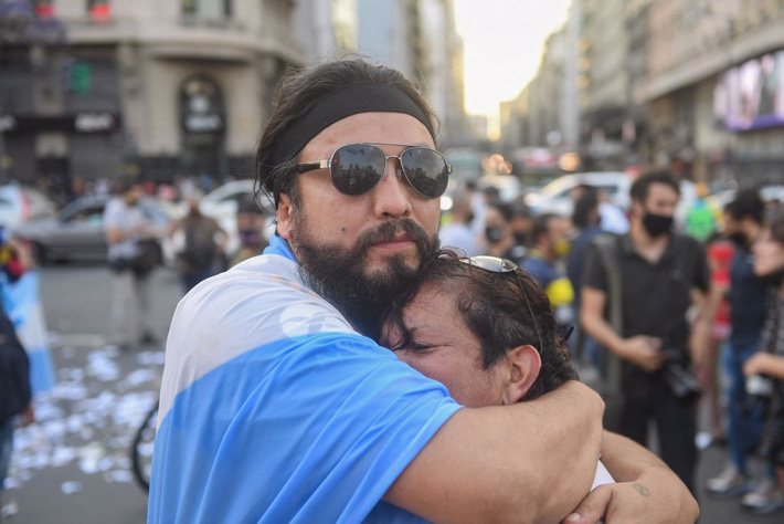 Đất nước Argentina chìm trong biển nước mắt tiếc thương Maradona - Ảnh 5.