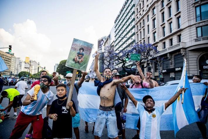 Đất nước Argentina chìm trong biển nước mắt tiếc thương Maradona - Ảnh 10.