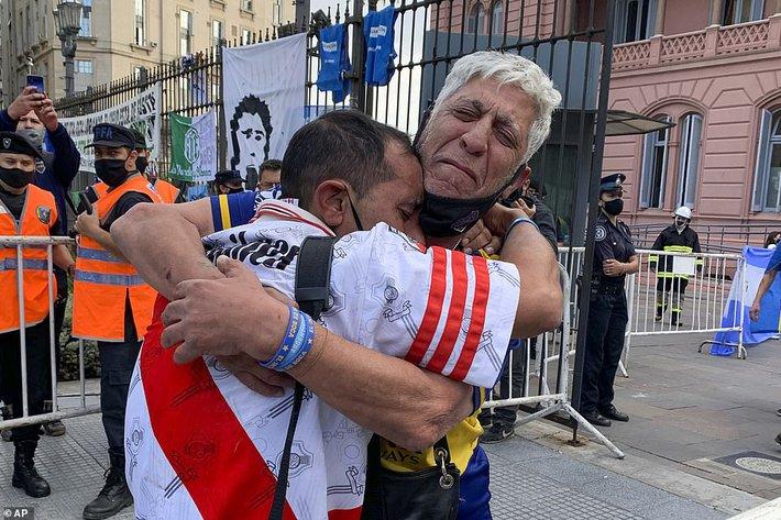 Argentina tổ chức quốc tang Maradona: Dòng người đến viếng kéo dài bất tận, bạo động đã xảy ra - Ảnh 8.