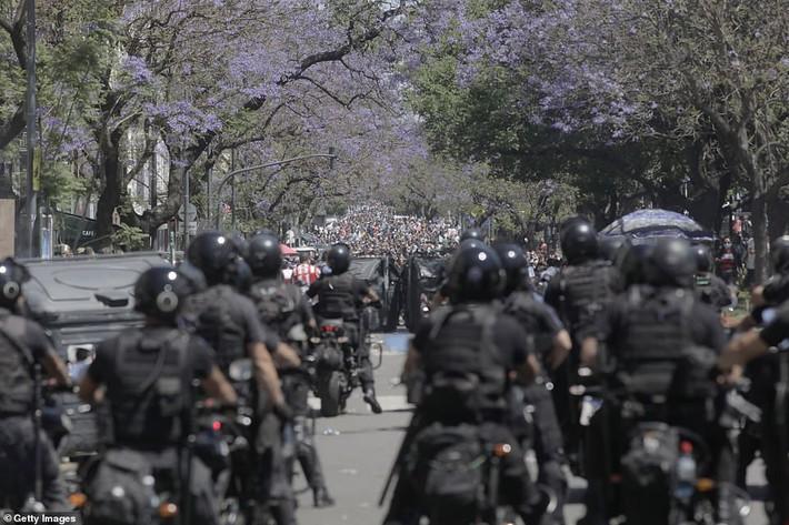 Argentina tổ chức quốc tang Maradona: Dòng người đến viếng kéo dài bất tận, bạo động đã xảy ra - Ảnh 13.