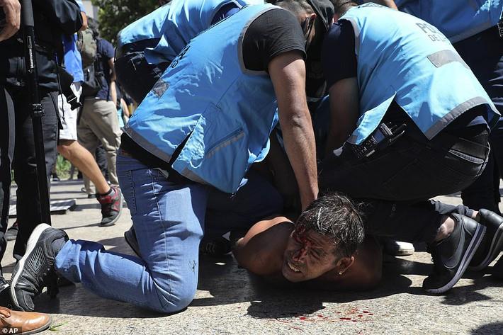Argentina tổ chức quốc tang Maradona: Dòng người đến viếng kéo dài bất tận, bạo động đã xảy ra - Ảnh 14.