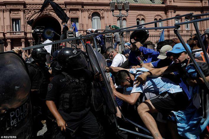 Argentina tổ chức quốc tang Maradona: Dòng người đến viếng kéo dài bất tận, bạo động đã xảy ra - Ảnh 15.