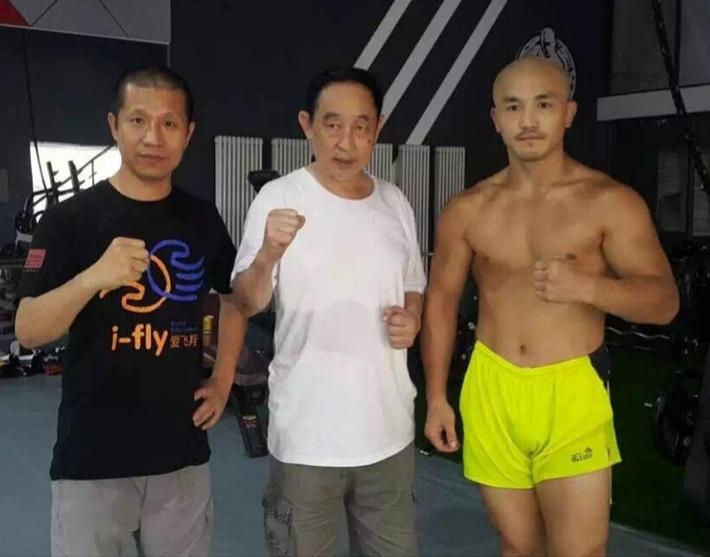 Yi Long gây sốc khi đòi tự trói tay chân rồi tỉ thí, nếu thua sẽ gọi đối thủ bằng bố - Ảnh 1.