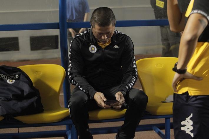 Quang Hải buồn bã, cầu thủ Hà Nội FC nín thở chờ đợi rồi phải nhận quả đắng từ Viettel - Ảnh 3.