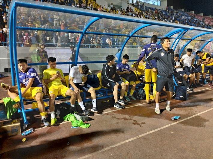 Quang Hải buồn bã, cầu thủ Hà Nội FC nín thở chờ đợi rồi phải nhận quả đắng từ Viettel - Ảnh 4.