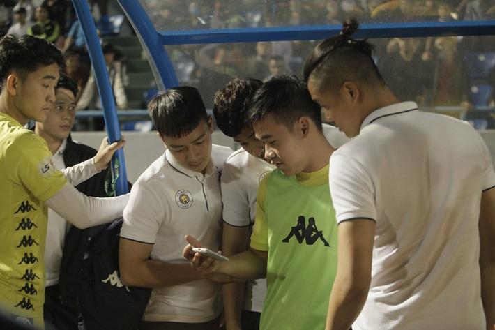 Quang Hải buồn bã, cầu thủ Hà Nội FC nín thở chờ đợi rồi phải nhận quả đắng từ Viettel - Ảnh 2.