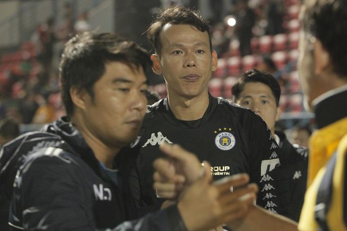 Quang Hải buồn bã, cầu thủ Hà Nội FC nín thở chờ đợi rồi phải nhận quả đắng từ Viettel - Ảnh 8.