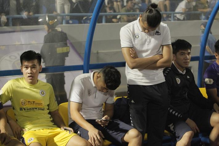 Quang Hải buồn bã, cầu thủ Hà Nội FC nín thở chờ đợi rồi phải nhận quả đắng từ Viettel - Ảnh 1.