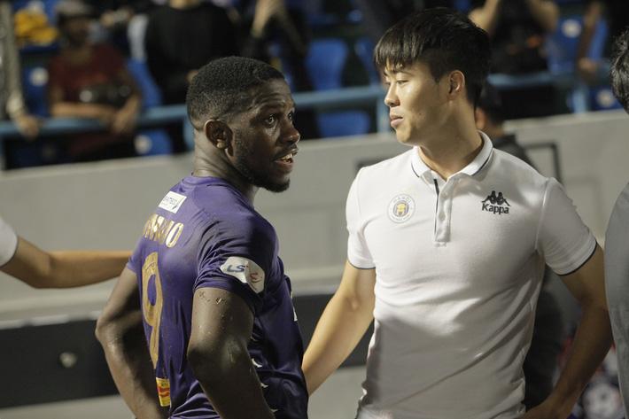 Quang Hải buồn bã, cầu thủ Hà Nội FC nín thở chờ đợi rồi phải nhận quả đắng từ Viettel - Ảnh 6.